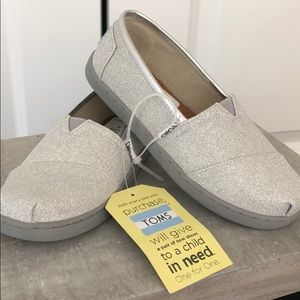 NEW, Girls size 2 US, silver sparkle TOMS loafer